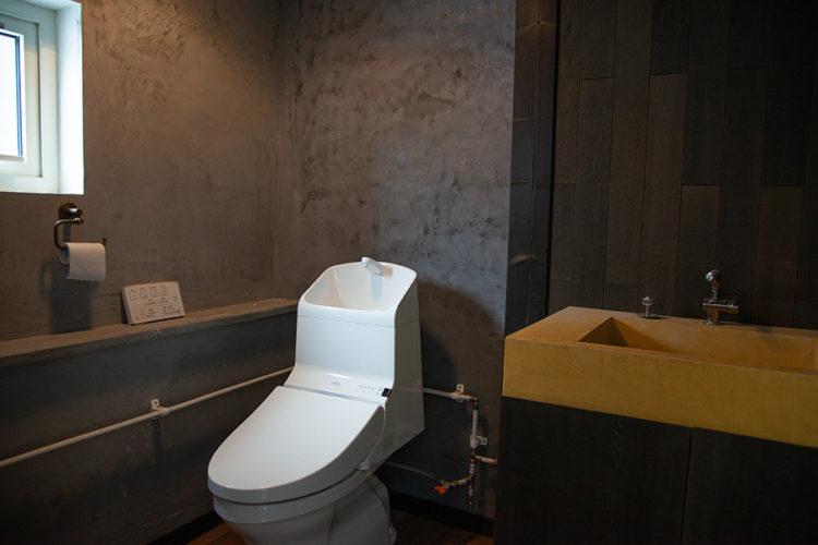 モルタル調のトイレ壁面